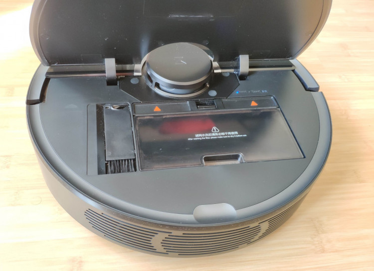 Roborock S55 under the lid